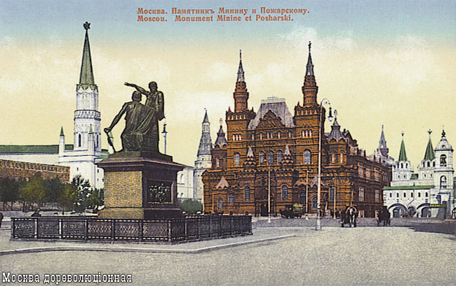 монумент на красноватой площади на жеребце